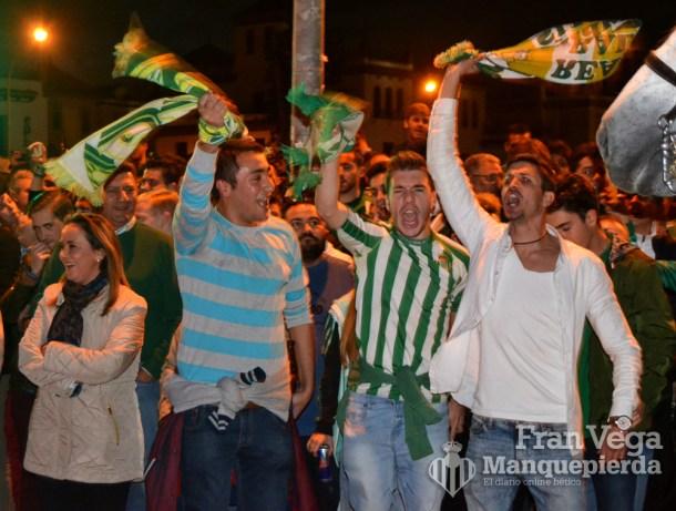 Esperando al bus (Betis-Sevilla 15/16)
