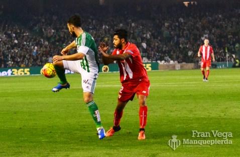 Molinero controla el balón (Betis-Sevilla 15/16)