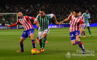 Kadir entre dos rivales (Betis-Sporting 15/16)