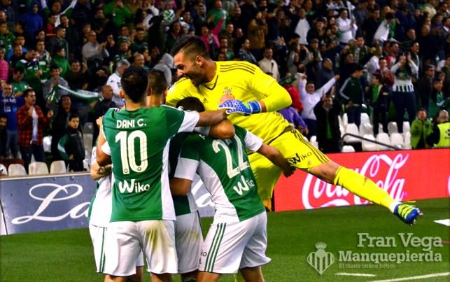 Adán subio a celebrarlo con sus compañeros (Betis-Levante 15/16)