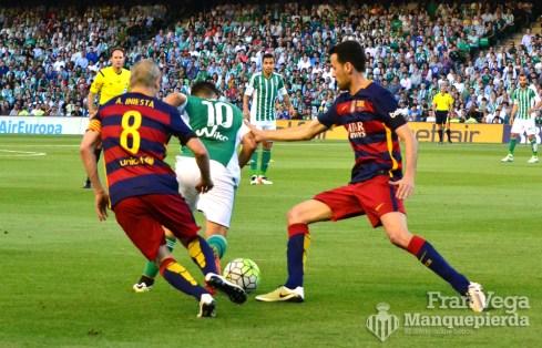 Busquets agarra a Ceballos (Betis-Barcelona 15/16)