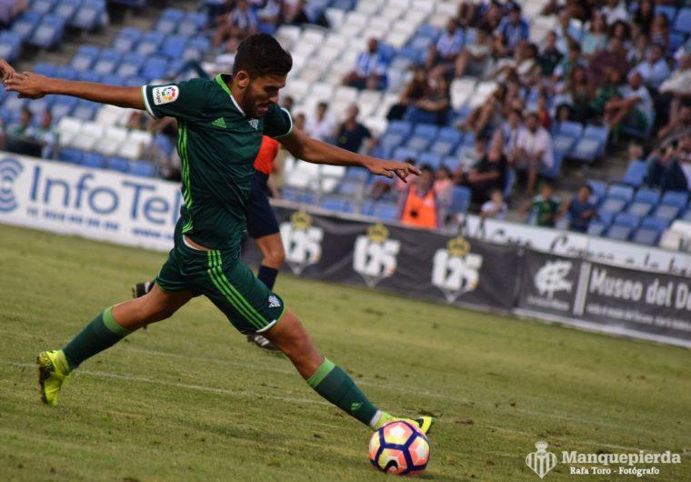 Dani Ceballos pugna por un balón en el encuentro ante el Córdoba.
