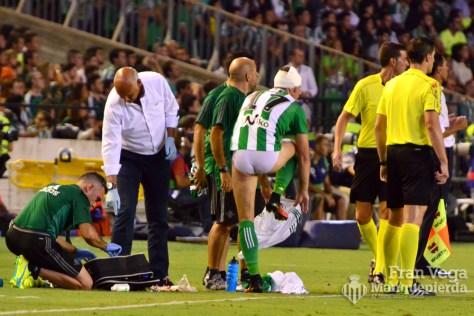 Joaquín sufre un golpe (Betis-Málaga 16/17)