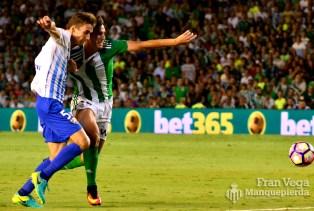 Alegría pelea por un balon (Betis-Málaga 16/17)