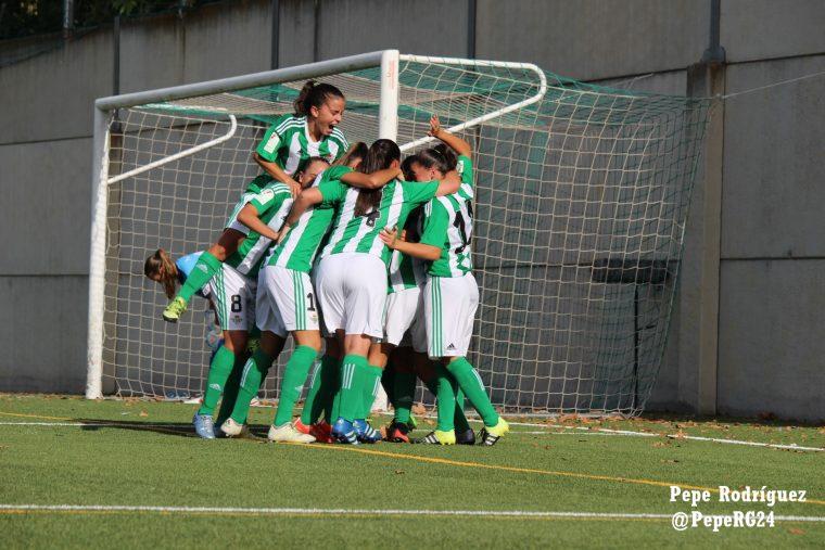 Las guerreras verdiblancas, celebrando el primer gol del Real Betis Féminas en Primera División. Foto: Pepe Rodríguez