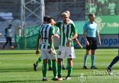 Ceballos consuela a Nahuel Alex controla el esférico (Betis-Barca 16/17)
