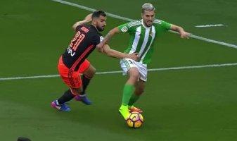 Martín Montoya agarra a Dani Ceballos, que ve frenada su progresión hacia la meta defendida por Diego Alves.