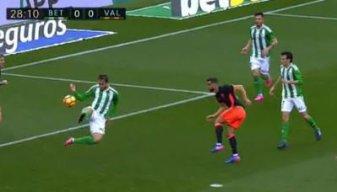 El balón rebota en la mano de Pezzella, que impide el gol del Valencia.