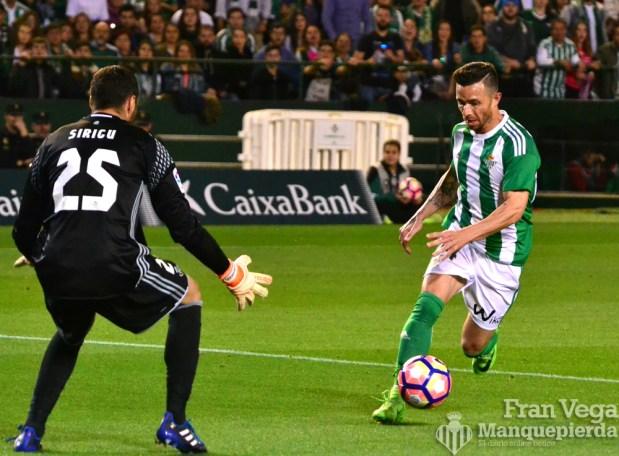 Ruben Castro regatea a Sirigu (Betis-Osasuna 16/17)