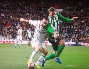 Carvajal comete penalti sobre Sanabria; el colegiado no ve nada punible.