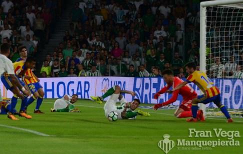 Cerca de anotar el primero (Betis-Valencia 17-18)