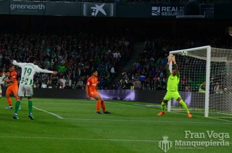 Barragan estrella el balón a la madera (Betis-Malaga 17-18)