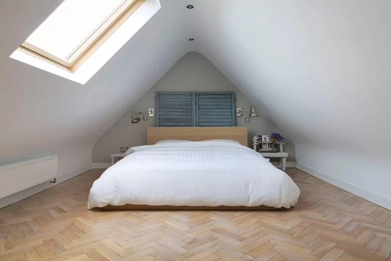 Meglio scegliere letti bassi per mansarde, ad esempio sistemando la testata del letto nella. Come Arredare Camere Da Letto Dal Soffitto Basso Mansarda It
