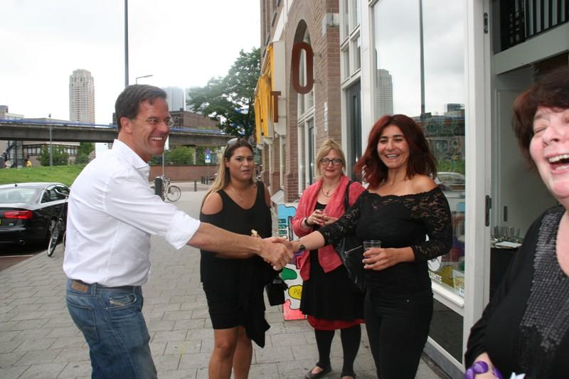 Başbakan Mark Rutte'den Sara Erdal'ın resim sergisine sürpriz ziyaret