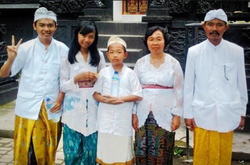 Pakaian Adat Bali warna Putih dan kuning