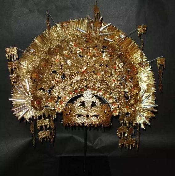 Mahkota sebagai aksesoris pakaian adat Jambi yang diletakkan di kepala