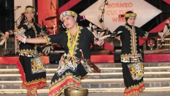 Lampiran gambar terkait dengan judul Tarian Adat Kalimantan Timur