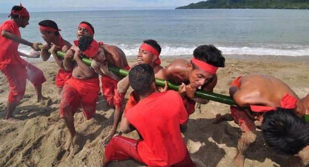 Uraian gambar yang berhubungan dengan tarian adat Maluku