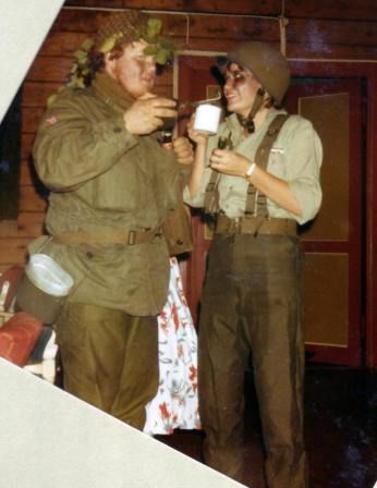Mona og Rune som soldater