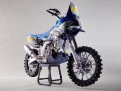 Papercraft imprimible y armable de la motocicleta Yamaha YZ450F. Manualidades a Raudales.