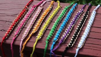 8532289d6dbb Hacer pulseras de hilo de plástico – ManualidadesGratis.es