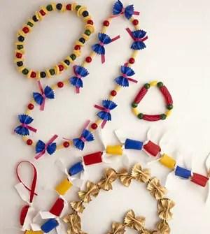 collares hechos con fideos pintados