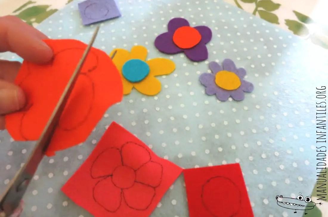 libreta decorada con flores de fieltro