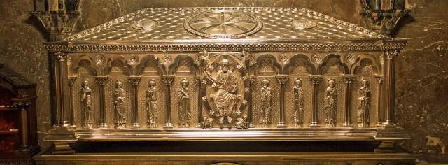 Urna con los restos del Apóstol Santiago en la catedral de Compostela