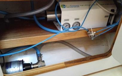 Notre dessalinisateur Splash 25 installé dans le placard de la salle de bain arrière de notre Oceanis 390.