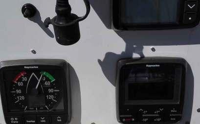 Capteur Raymarine installé, pour le sondeur et le speedomètre, sur le poste de barre.