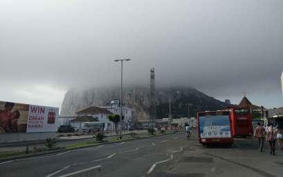 Après avoir passé la frontière, vue sur le rocher de Gibraltar.