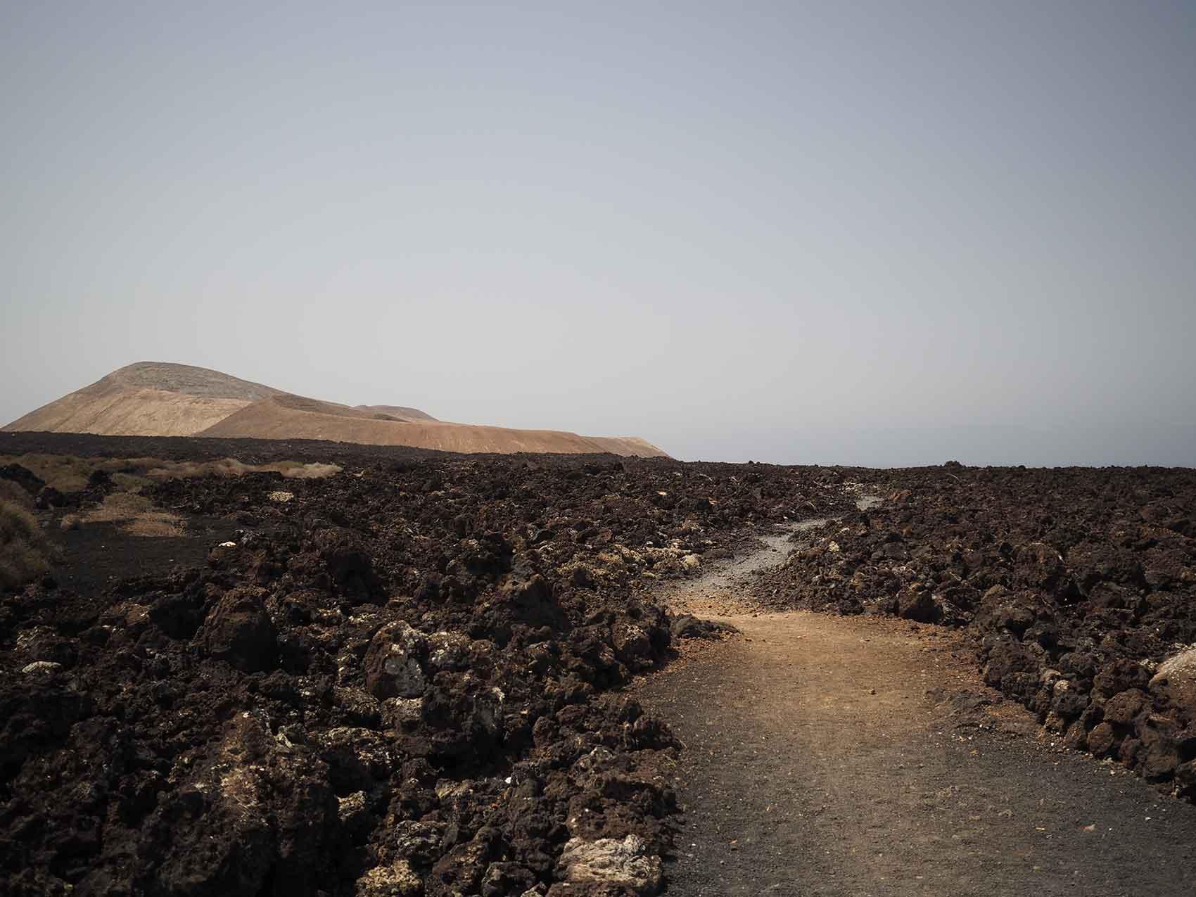 Chemin de randonnée vers la Caldera Blanca, un des volcans de Lanzarote.