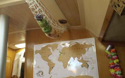 Intérieur de notre bateau Manwë, avec le nouveau filet à fruits attaché.