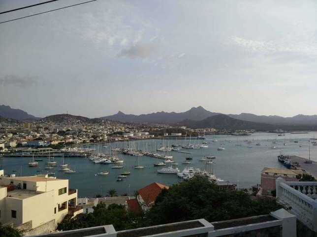 Vue sur la marina et sur les bateaux au mouillage devant, à Mindelo, sur Sao Vicente.