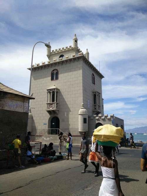 Près du marché au poisson dans les rues de Mindelo.