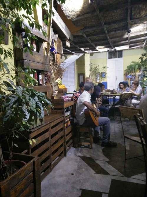 Musique cap-verdienne dans un petit restaurant La Pergola à Mindelo.
