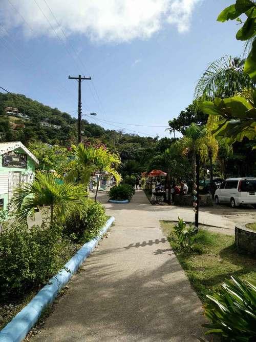Petite rue de la ville de Port Elizabeth, sur l'île de Bequia.