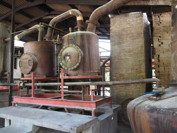 Distillation du jus fermenté de canne à sucre pour obtenir le rhum Rivers.