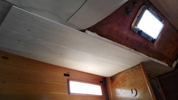 Installation du lambris dans la cabine arrière.