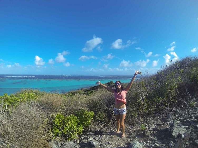 Anaïs sur le sommet de Baradal, un des îlots des Tobago Cays.