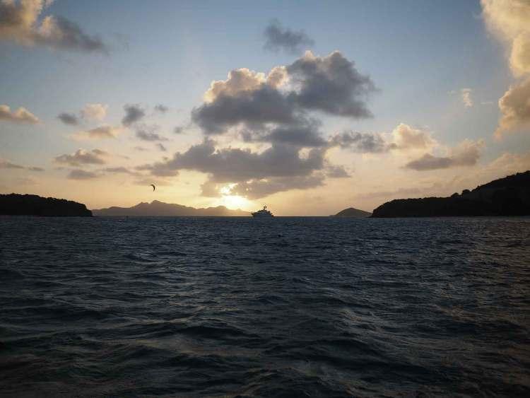 Coucher de soleil sur les magnifiques îles des Tobago Cays.
