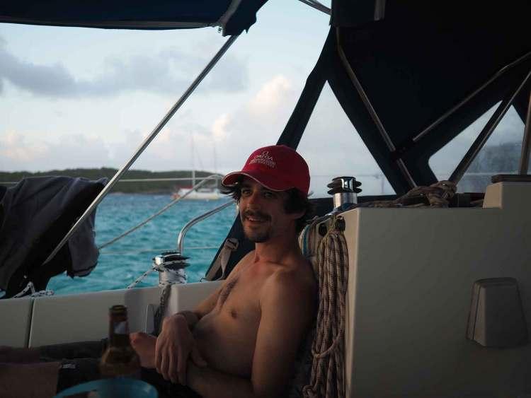 Grégoire à l'apéritif sur notre bateau, aux Tobago Cays.