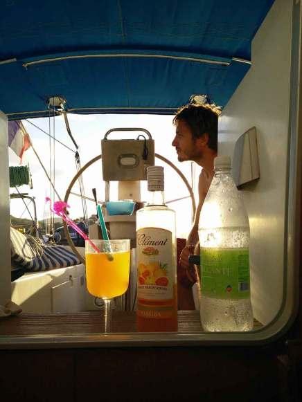 Apéritif au rhum Clément sur le bateau, dans l'Anse Mitan.