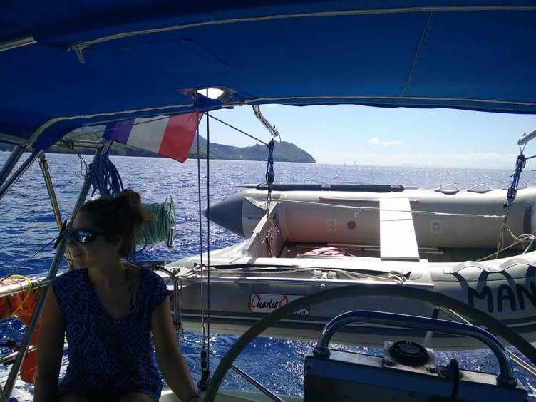Anaïs à la barre, durant notre navigation le long de la côte ouest martiniquaise.