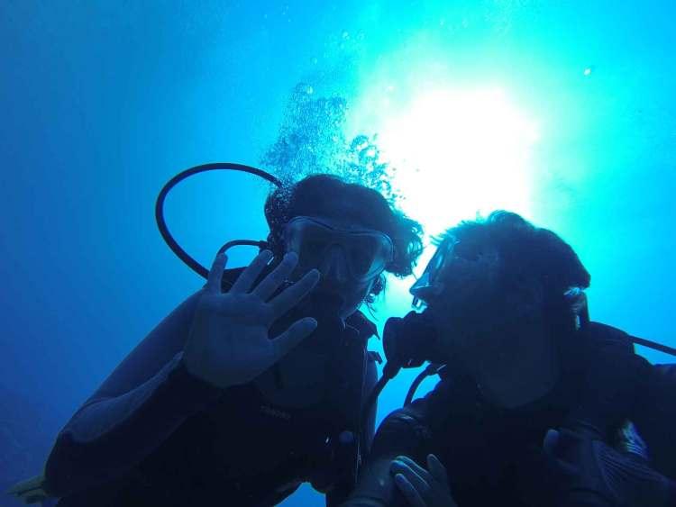 Anaïs et Damien sous l'eau en plongée en Martinique.