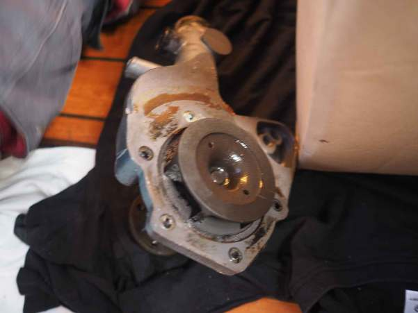 Pompe à eau du moteur diesel démontée.
