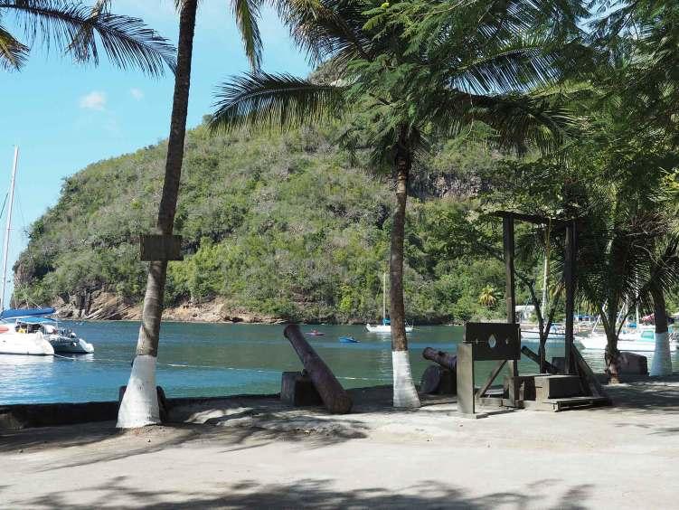 Les canons et la jetée de Wallilabou Bay à Saint Vincent.