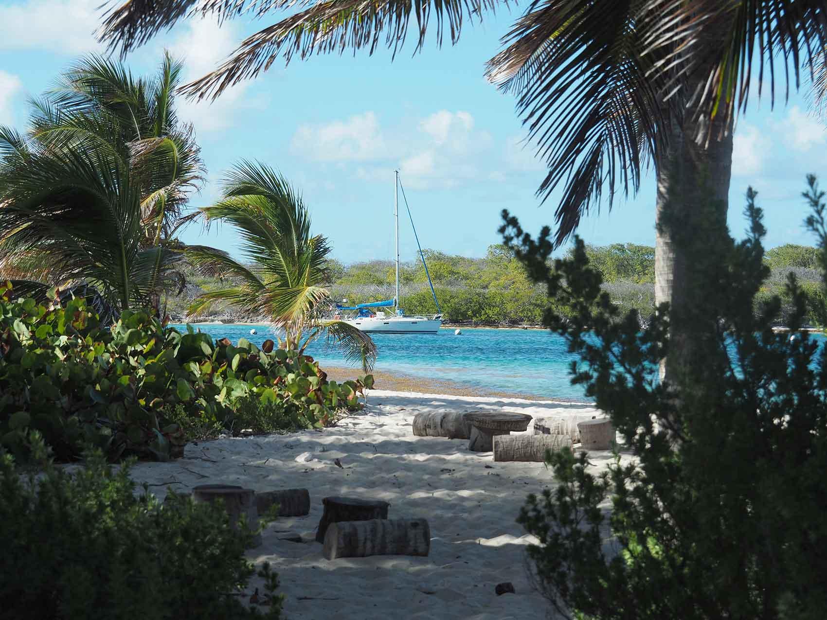 Manwë au mouillage à Petite-Terre, la réserve naturelle au large de la Guadeloupe.