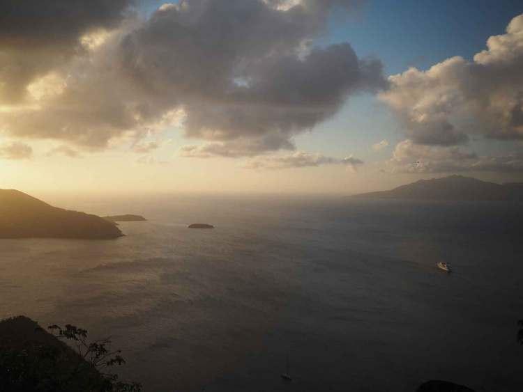 Le coucher de soleil sur la mer au pied des Saintes.