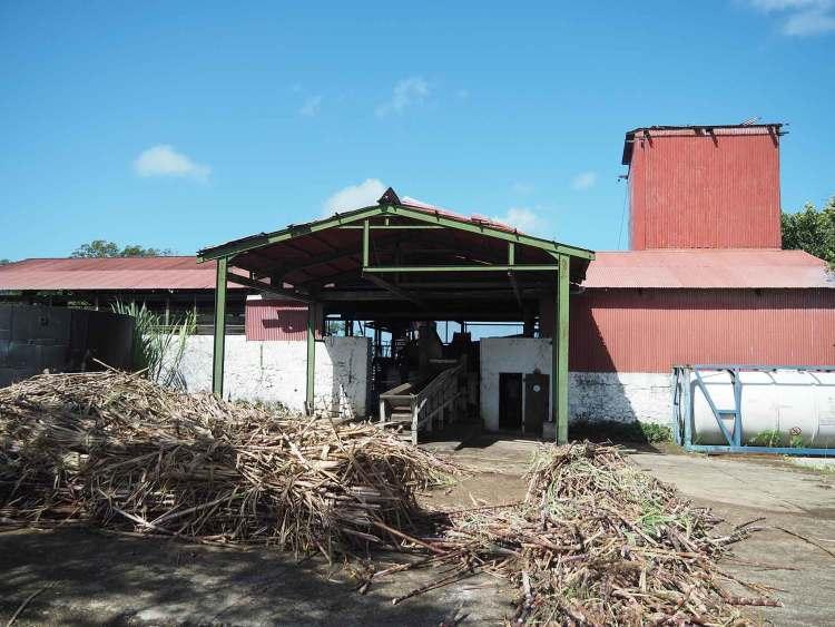 Usine de distillerie Père Labat sur l'île de Marie-Galante.